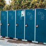 Manieren waarop de draagbare toiletten het milieu verbeteren